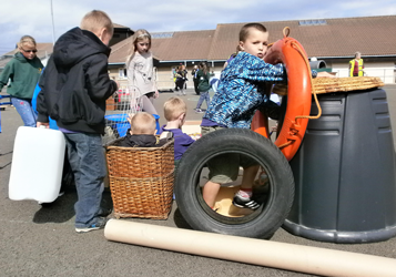 Les enfants jouent avec des objets recyclés, propres et sécurisés, sélectionnés par notre association et validés par nos clients